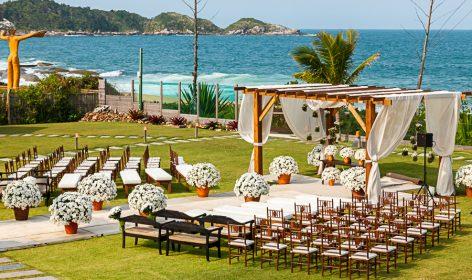 Cerimônia na praia com cadeiras tabaco
